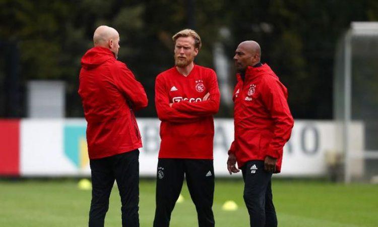 Asisten pelatih Ajax Christian Poulsen (tengah) dikarantina karena dikhawatirkan terserang virus corona. (Foto: Getty Images/Dean Mouhtaropoulos)