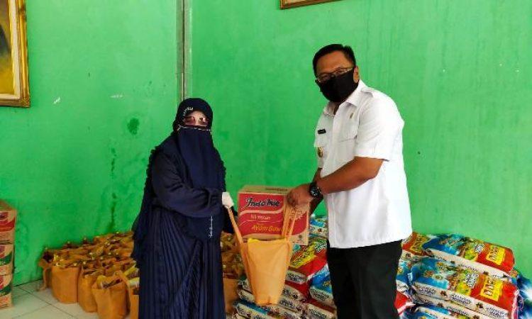 Wakil Wali Kota Depok, Pradi Supriatna membagikan bantuan sembako untuk warga di kawasan Cilodong